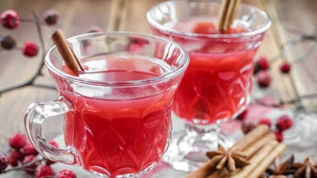 Zwei Tassen mit Glogg, einer Schwedischen Glühweinvariante