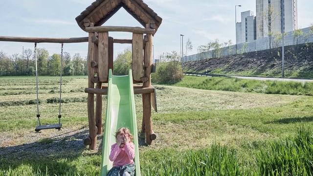 Ein Mädchen auf einer Rutschbahn in der Agglo.