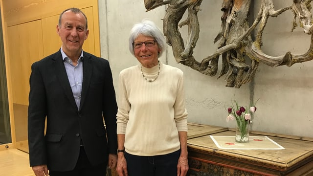 Roland Weber e la presidenta da la suprastanza Ursina Mengiardi.