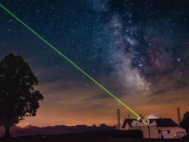 Laserstrahl im nächtlichen Himmel.