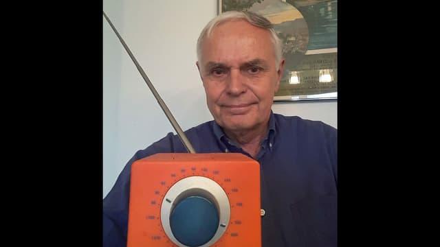 Mann mit Radio