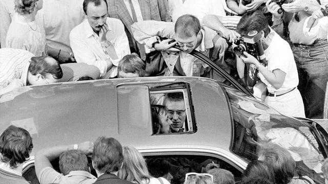 Geiselnahme Gladbeck: Schaulustige umringen das Fluchtauto.