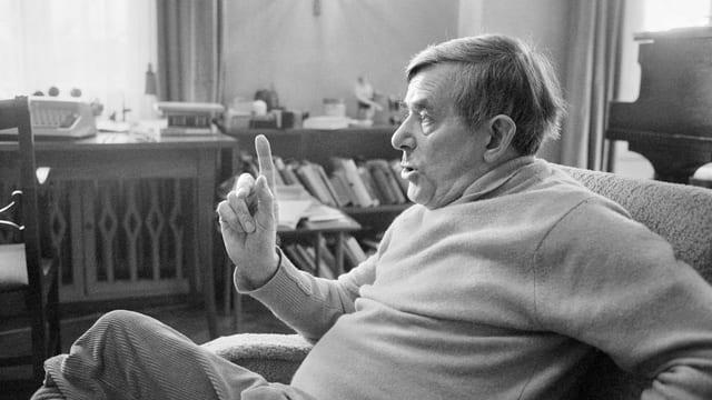 Golo Mann sitzt auf dem Sofa in seinem Haus in Kilchberg, ZH.