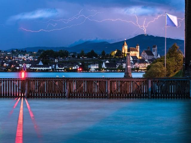 Gewitter mit Blitzen über dem Schloss von Rapperswil.