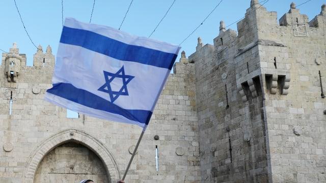 Purtret da la bandiera da l'Israel. In funs alv cun duas sdrimas blauas e la staila da David enamez.