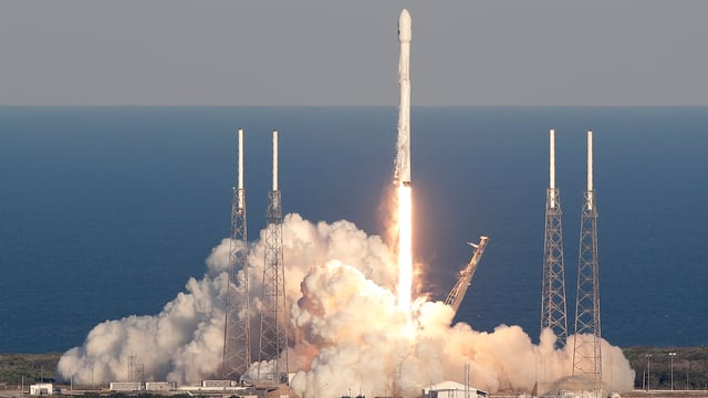 Die Falcon-9-Trägerrakete startet