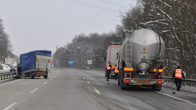 Drei Lastwagen mit zum Teil starken Schäden auf der Autobahn