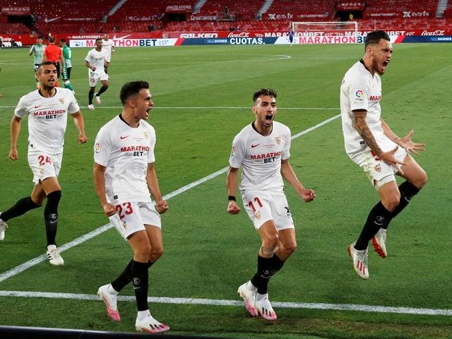 Die Spieler des FC Sevilla bejubeln ein Tor.