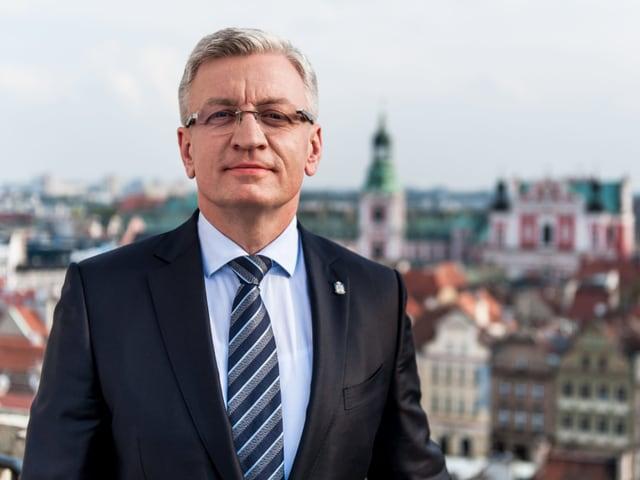 Jacek Jaśkowiak in Nahaufnahme – im Hintergrund ist Posen zu sehen.