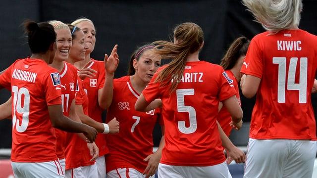 Die Spielerinnen der Schweizer Frauen-Nati bejubeln ausgelassen einen Treffer im WM-Quali-Spiel gegen Israel.