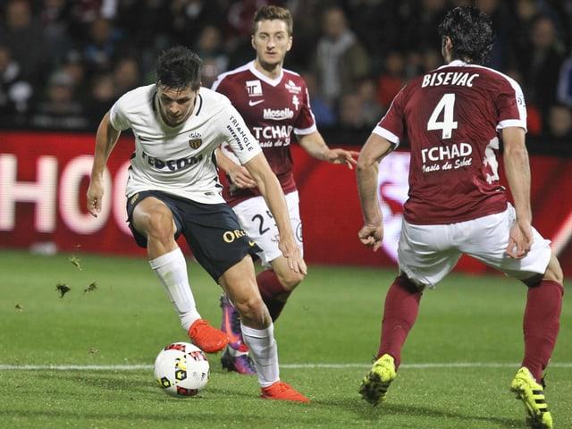 Monaco-Spieler dribbelt zwei Gegner aus