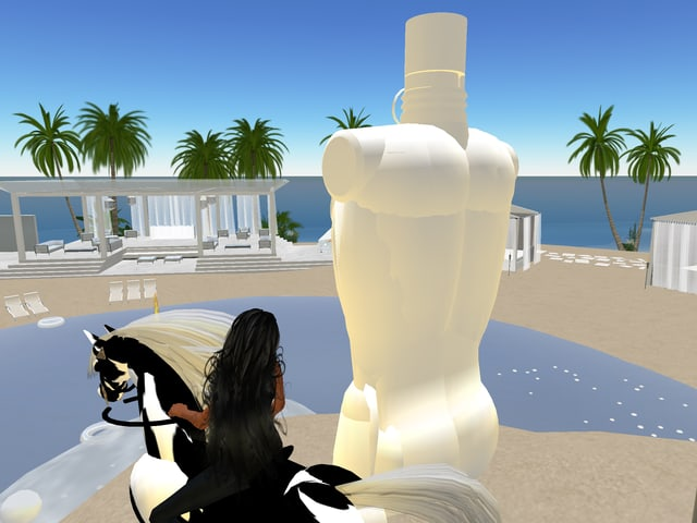 Frau auf Pferd neben Statue an Swimmingpool