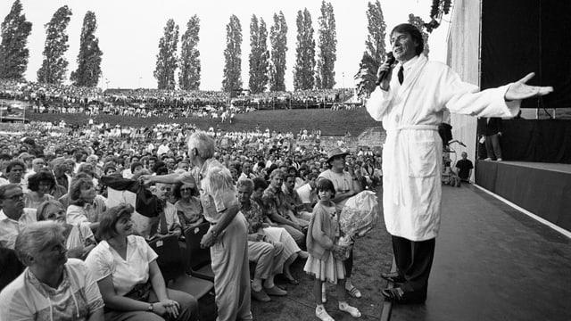 Schwarzweiss Aufnahme von einem Auftritt im Bademantel. Udo Jürgens 1992 auf der Bühne im aargauischen Windisch.