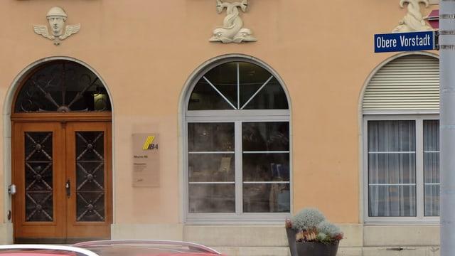 Eingang zum Gebäude mit IBA-Logo, im Vordergrund Strassenschild Obere Vorstadt