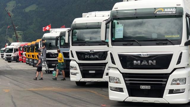 Lastwagen in einer Reihe aufgestellt.