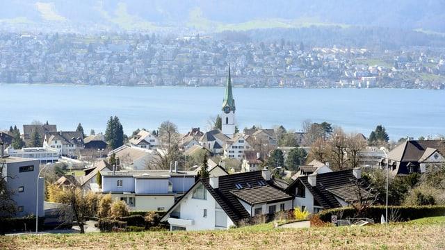 Blick über Häuser am See