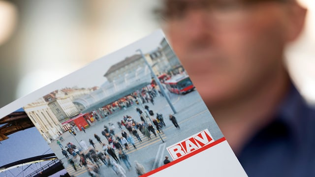 Älterer Mann, der eine RAV-Broschüre anschaut.
