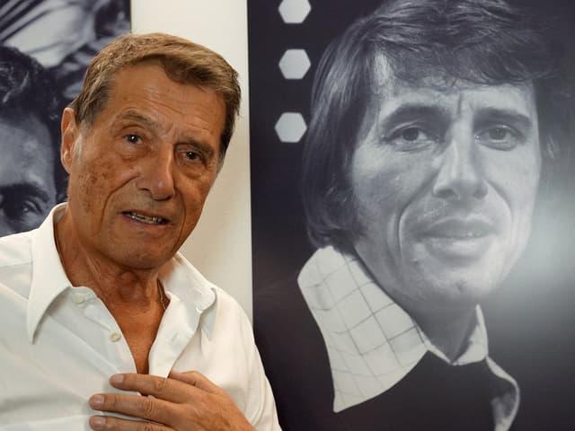 Udo Jürgens steht neben seinem Porträtbild aus jüngeren Jahren.