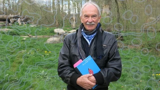 Zu sehen ist Sebastian Bentz, Autor des Tierpark-Buches.