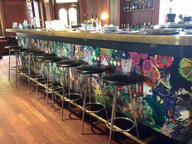 Die Bar in der Militärkantine bringt Farbe in den Ausgang.