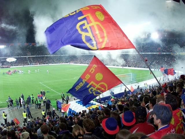 Bild aus dem Basler Stadion beim 1. Spiel am 15. März 2001.