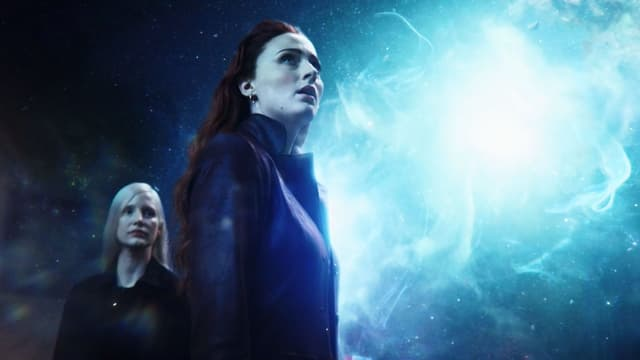 Frau im Vordergrund blickt in Richtung blaues Licht. Im Hintergrund steht eine andere Frau.