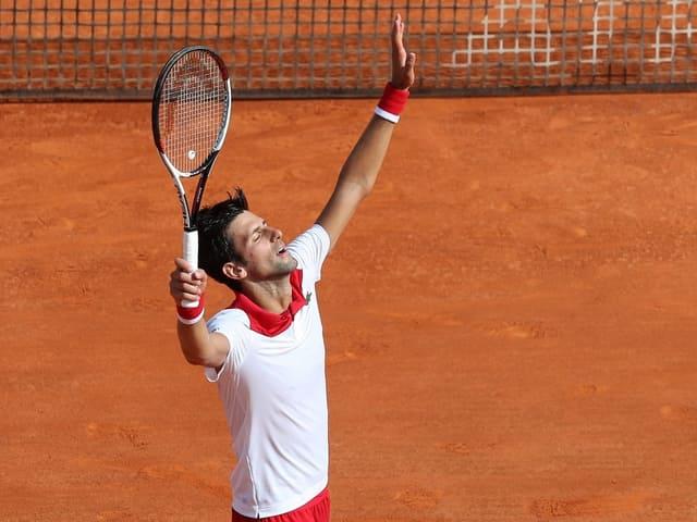 Novak Djokovic streckt seine Hände in die Höhe.