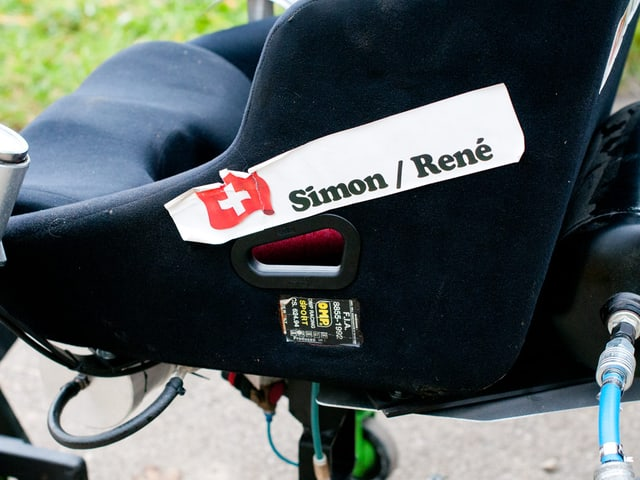Simon und René sind ein eingespieltes Team. Konstrukteur und Fahrer des Stuhles.