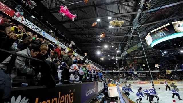 Jubende Eishockeyfans im Stadion des EV Zug.