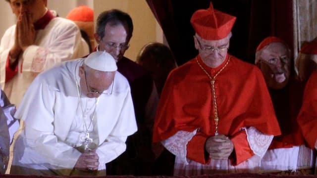 Der neu gewählte Papst Franziskus verbeugt sich vor den Gläubigen auf dem Petersplatz.