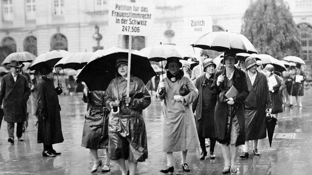 Demonstrantinnen für das Frauenstimmrecht in Zürich. Fotografie aus dem Jahr 1929.