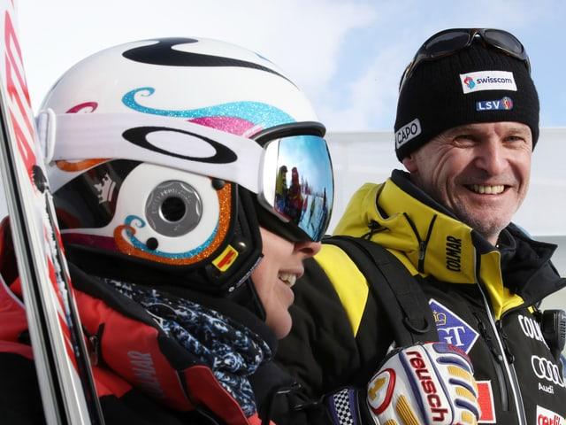 Andy Evers zusammen mit Tina Weirather in Skiausrüstung.
