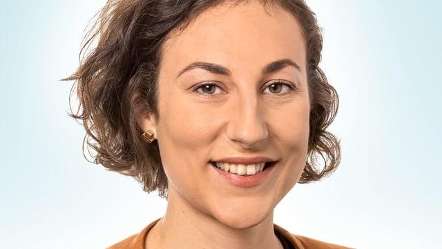 Eine junge Frau, lächelnd.