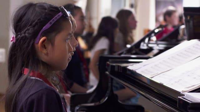 Video ««100 Kinder, 50 Pianos und 1 Star» - Lang Lang in Zürich» abspielen