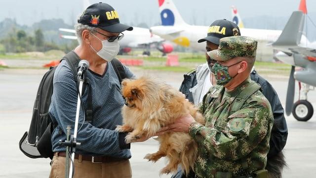 Der entführte Schweizer kann seinen Hund wieder in die Arme schliessen.