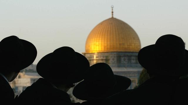 Orthodoxe Juden blicken auf den Felsendom.