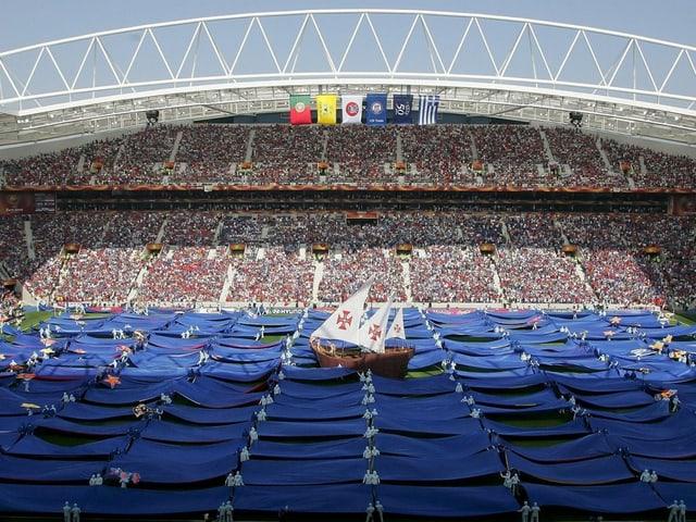 Szene aus der Eröffnungsfeier zur EURO 2004