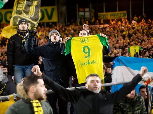 Nantes-Fans zeigen das Trikot von Emiliano Sala.
