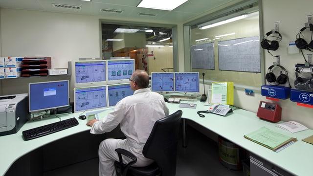 Mitarbeiter in Kontrollraum des AKW Beznau an einem Arbeitsplatz mit vielen Bildschirmen