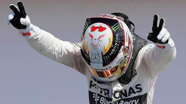 Lewis Hamilton verneigt sich vor dem Heimpublikum.