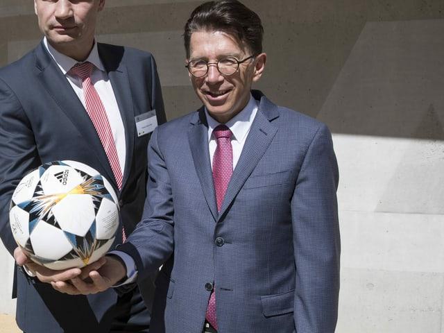 Martin Kallen hält einen Ball in seiner rechten Hand.
