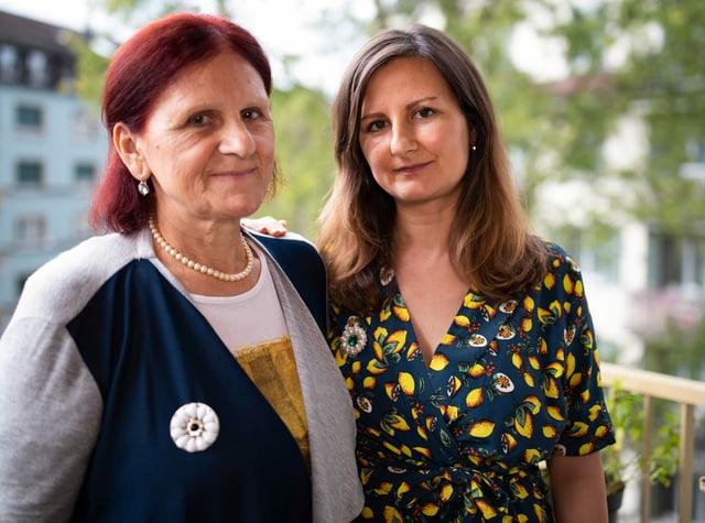 Mutter Hata und Emina Muminović stehen nebeneinander