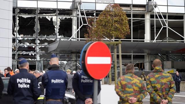 polizia avant il bajatg donnegià da la plazza aviatica a Brüssel