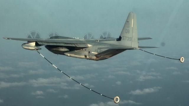 Herkules-Tankflugzeug mit zwei ausgefahrenen Tankschläuchen in der Luft.
