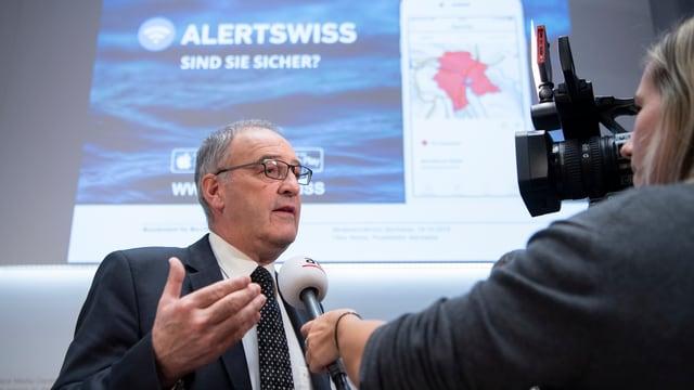 Bundesrat Guy Parmelin erklärt, wie Alertswiss benutzt wird.