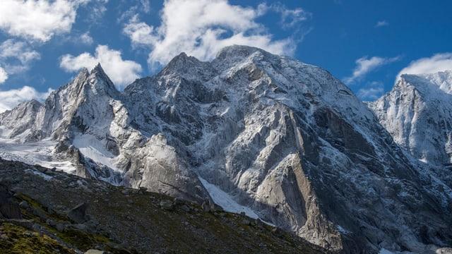 Drei grosse, schneebedeckte Berge, und darunter viel Schutt und Geröll.