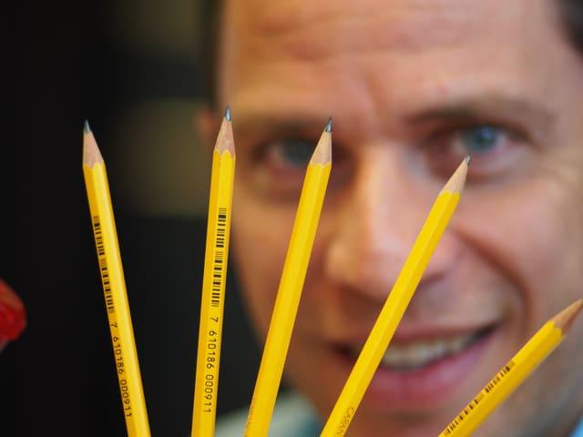 Adrian Küpfer hält Bleistifte in die Kamera.
