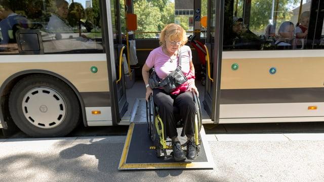Frau mit Rollstuhl verlässt einen Linienbus