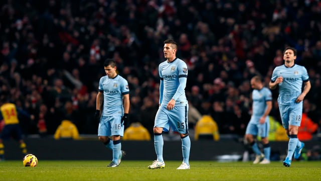Die Spieler von Manchester City schleichen mit hängenden Köpfen vom Platz.