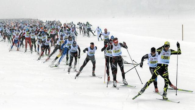 Langläufer im Schneetreiben.